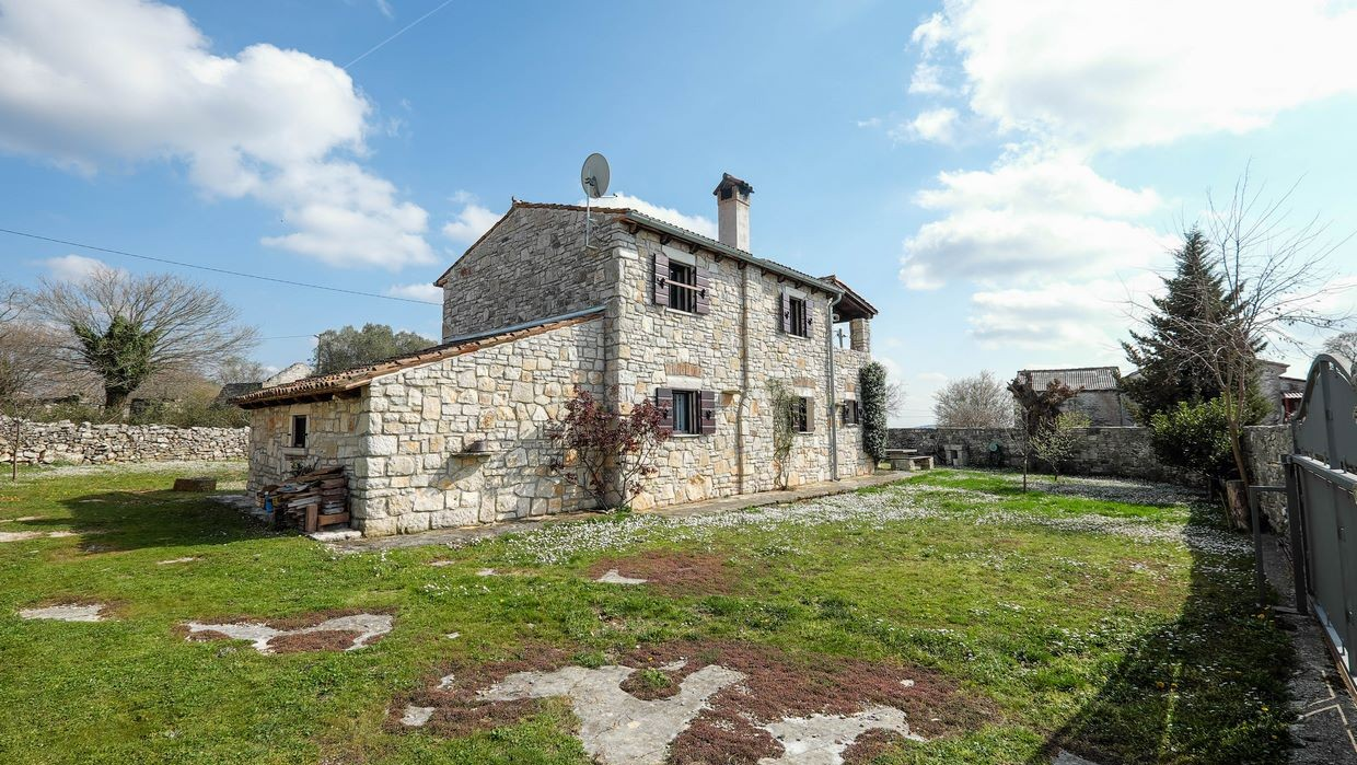 Stone house with large garden near Kanfanar